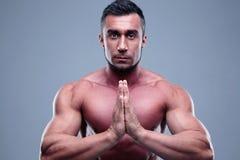 Mięśniowy mężczyzna modlenie Fotografia Stock