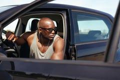 Mięśniowy mężczyzna na wycieczce samochodowej Fotografia Stock