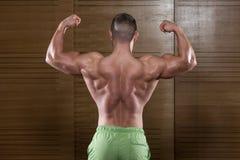 Mięśniowy mężczyzna Napina Tylnych mięśni pozę Zdjęcia Stock