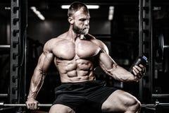 Mięśniowy mężczyzna Odpoczywa Po ćwiczenia I Pije Od potrząsacza Obraz Royalty Free