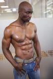 Mięśniowy mężczyzna patrzeje daleko od z odbiciem fotografia stock