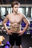 Mięśniowy mężczyzna pracujący w gym robi ćwiczeniom przy triceps out, silny męski nagi półpostaci abs przydatność Obrazy Stock