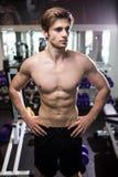 Mięśniowy mężczyzna pracujący w gym robi ćwiczeniom przy triceps out, silny męski nagi półpostaci abs przydatność Zdjęcie Stock