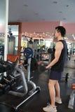 Mięśniowy mężczyzna pracujący w gym robi ćwiczeniom z dumbbells przy bicepsami out, silny męski nagi półpostaci abs Zdjęcia Royalty Free