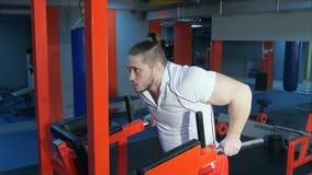 Mięśniowy mężczyzna robi bodyweight ćwiczeniu przy gym Zdjęcia Stock