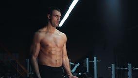 Mięśniowy mężczyzna robi crossfit szkoleniu w gym zdjęcie wideo