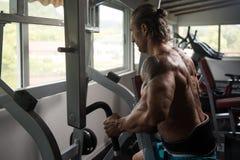 Mięśniowy mężczyzna Robi Wagi Ciężkiej ćwiczeniu Dla plecy Zdjęcia Royalty Free