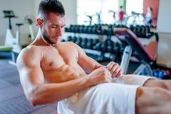 mięśniowy mężczyzna szkolenie w gym, abs trening Fotografia Royalty Free