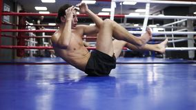 Mięśniowy mężczyzna trenuje w oxing gym robić w górę podbrzusza z mięśniami ciągnącymi i przepoconymi dla Młody bokser zbiory wideo