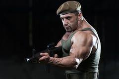 Mięśniowy mężczyzna Trzyma Maszynowego pistolet Obraz Royalty Free