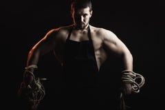 Mięśniowy mężczyzna w fartuchu z arkaną Obrazy Royalty Free