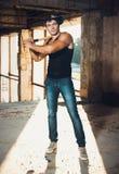Mięśniowy mężczyzna z kijem bejsbolowym Fotografia Stock