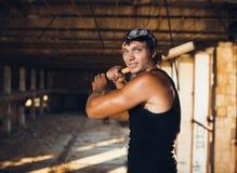 Mięśniowy mężczyzna z kijem bejsbolowym Obraz Royalty Free