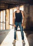 Mięśniowy mężczyzna z kijem bejsbolowym Fotografia Royalty Free