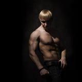 Mięśniowy młody bodybuilder Zdjęcia Stock