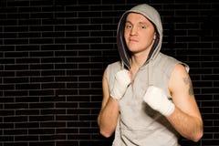 Mięśniowy młody bokser z bandażować pięściami Fotografia Stock