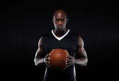 Mięśniowy młody męski gracz koszykówki w mundurze Obrazy Royalty Free