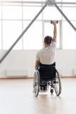 Mięśniowy młody nieważny ćwiczyć z ciężarami w gym zdjęcia royalty free