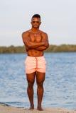 Mięśniowy młody sportowy seksowny mężczyzna na plaży z nagą półpostacią w bieliźnie Gorący czarny piękny facet, sprawność fizyczn Fotografia Stock