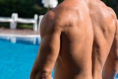 Mięśniowy młody sportowy seksowny mężczyzna w basenie Naga mokra mięśniowa półpostać Zdjęcia Stock