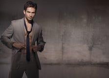 Mięśniowy model jest ubranym modnego kostium obrazy royalty free