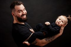 Mięśniowy ojciec trzyma jego małego dziecka fotografia stock