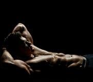 Mięśniowy seksowny facet Fotografia Royalty Free