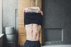 Mięśniowy sportowy mężczyzna pokazuje nagą półpostać zdjęcie stock