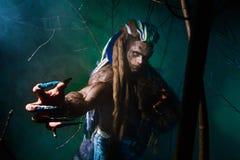 Mięśniowy wilkołak z dreadlocks z długimi gwoździami wśród otręby Obrazy Royalty Free
