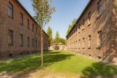 /między dwa koszarami poprzedni koncentracyjny obóz Auschwitz Jeden widzii 2 podłoga obraz stock