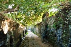 Między starymi ścianami stara ceglana ścieżka Obrazy Stock