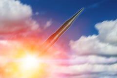 Międzykontynentalny pocisk balistyczny & x28; ICBM& x29; rakieta jedzący lunch latanie w niebie zdjęcia royalty free
