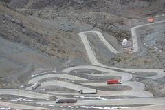 Międzynarodowa droga z wiele switchbacks pośrodku Zdjęcia Royalty Free