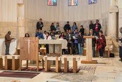 Międzynarodowa grupa wierzący robi grupowego nabożeństwa modlitewnego w Pamiątkowym kościół Mojżesz na górze Nebo blisko miasta M zdjęcia royalty free