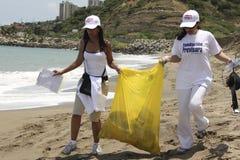 Międzynarodowa Nabrzeżna cleanup dnia aktywność w losu angeles Guaira plaży, Vargas stan Wenezuela zdjęcie stock