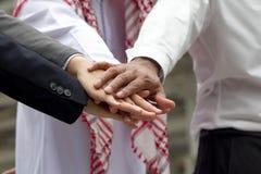 Międzynarodowego biznesu drużynowa pokazuje jedność z ich ręki toget Zdjęcia Royalty Free