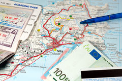 Międzynarodowej podróży pojęcie Paszport, abordaż przepustka, pieniądze, kredytowa karta, pióro na mapie zwrotnik wyspa Zdjęcie Royalty Free