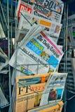 Międzynarodowy gazeta stojak w Europa obraz royalty free