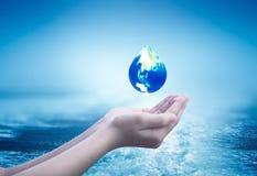 Międzynarodowy Ludzki solidarność dnia pojęcie: Współpracujące ludzkie ręki grupować w kierowym kształcie obrazy royalty free