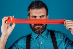 Międzynarodowy Ludzkiej prawicy dzień cenzura Brutalna brodata samiec mężczyzny opakunkowy usta adhezyjną taśmą Umysł kontrola i obraz stock