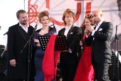 Międzynarodowy Rosyjski Włoski opera kwintet na otwartej scenie festiwal opera Kronstadt pięć piosenkarzów światowi oper stars/ obraz stock