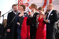Międzynarodowy Rosyjski Włoski opera kwintet na otwartej scenie festiwal opera Kronstadt pięć piosenkarzów światowi oper stars/ fotografia royalty free