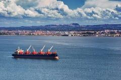 Międzynarodowy zbiornika ładunku statek z pracującym żurawia mostem wewnątrz obrazy stock