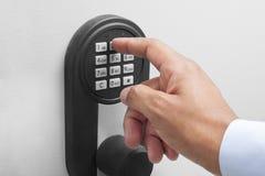 Międzyrasowej biznesmen ręki systemu bezpieczeństwa wchodzić do kod obraz stock