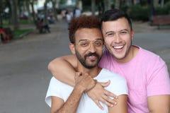 Międzyrasowej homoseksualnej pary plenerowy zakończenie up zdjęcia stock