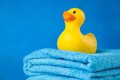 Miękcy błękitni ręczniki i zabawkarska kaczka Zdjęcie Stock