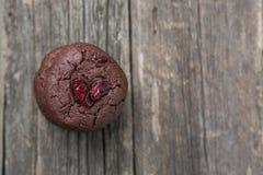 Miękcy czekoladowi ciastka na starej drewnianej powierzchni obrazy stock