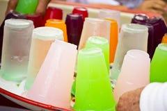 Miękcy napoje w plastikowych filiżankach obrazy stock
