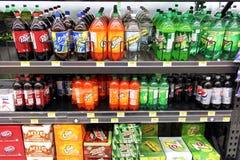 Miękcy napoje w supermarkecie Obrazy Stock