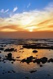 Miękcy odbicia przy skalistą plażą Zdjęcia Stock